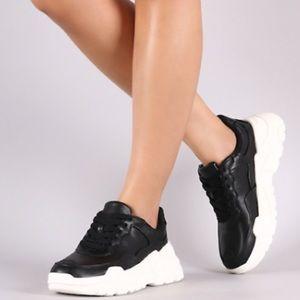 Black chunky sneaker